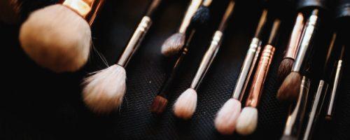 set-make-up-brushes-lies-table_8353-8869